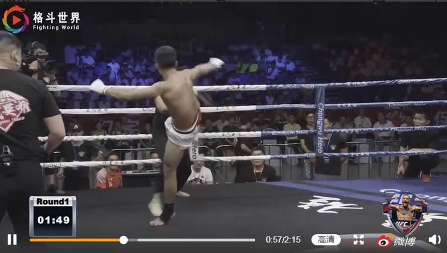 擂臺賽進行74秒丁浩遭阿虎(白短褲)一記掃腿KO爆頭倒下。(圖取自微博)