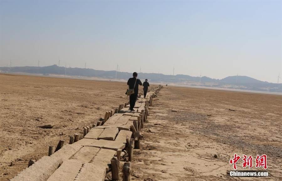鄱陽湖水位持續走低 湖底600年古橋現身(照片取自中新網)