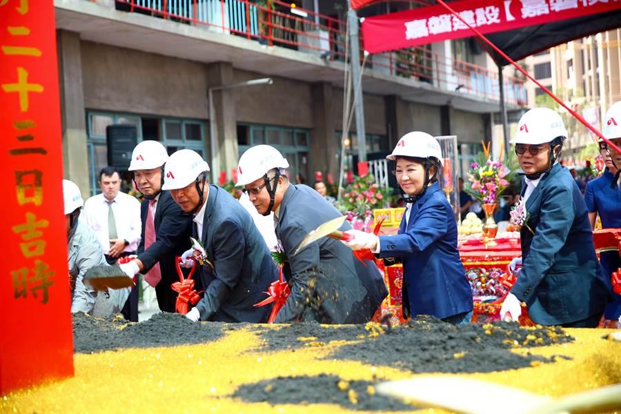 台中市長盧秀燕21日出席南區建案申請危老重建獎勵開工典禮,希望打造市區活化新亮點,也鼓勵其他業者投入更新改建。(盧金足攝)