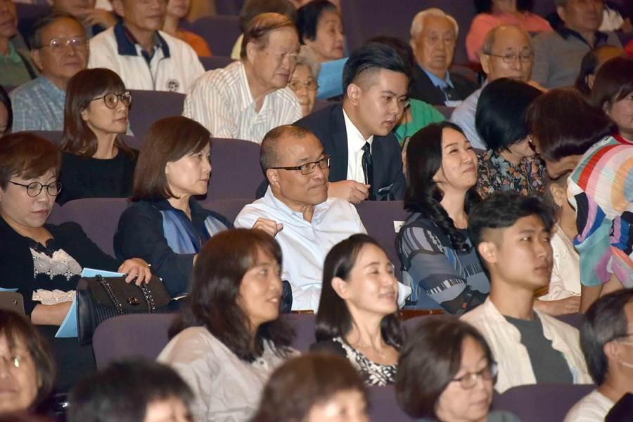 「高雄交響詩–光中餘韻感恩之夜音樂會」21日在高雄巿文化中心舉行,韓國瑜夫人李佳芬在台下當觀眾。(高巿府提供/曹明正高雄傳真)