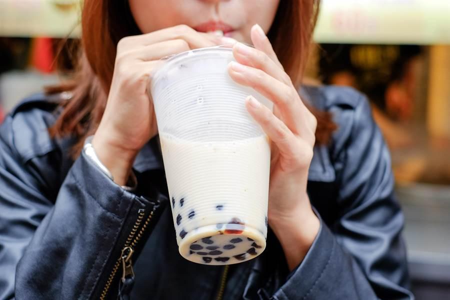 奶茶放一天變這樣,封膜撕開網全吐。圖為珍奶示意圖。(圖/達志影像)