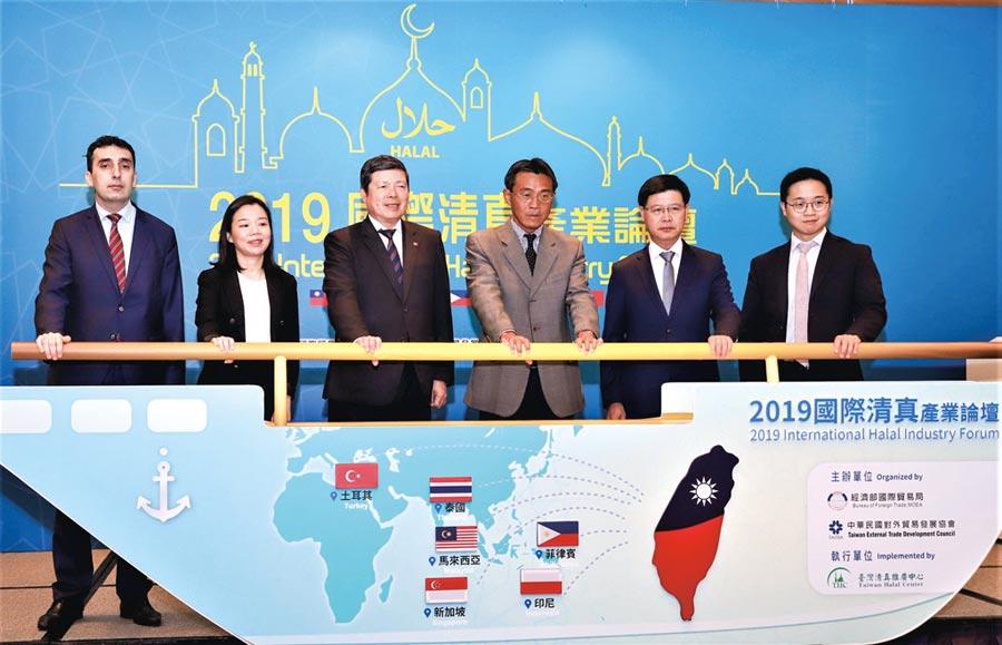 貿協秘書長葉明水(左三)、國貿局副局長李冠志(右三)、來來超商總經理魏國志(右二),與土耳其、馬來西亞、新加坡等國駐台代表出席論壇。圖╱貿協提供