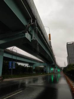 台65高架排水不順 橋下成瀑布奇景