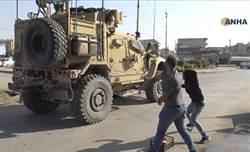 美國抛棄我們! 庫德人對軍車砸馬鈴薯