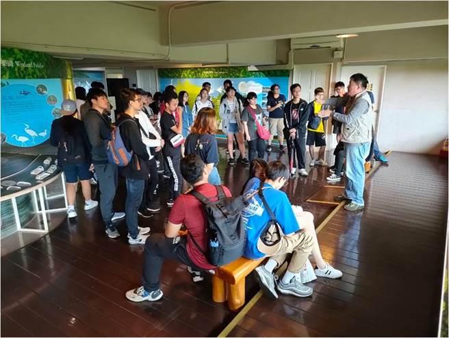 新生們專注的融入紅樹林生態教育館員的精采解說