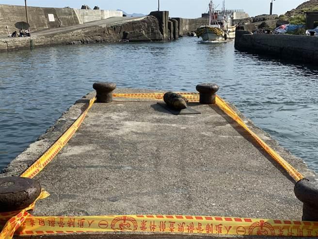 漁民從海中撈起的不明物品,外型極像一顆未爆炸彈。(第一岸巡隊提供/胡健森宜蘭傳真)