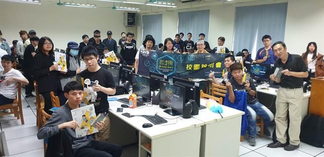 育達科大多媒體與遊戲設計系師生支持參與瓩設計獎校園說明會活動。(戴有良攝)