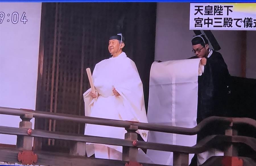 日皇德仁22日上午身穿白色的束帶「帛御袍」在皇宮宮中三殿舉行「即位禮當日賢所大前之儀」。(翻攝自NHK新聞畫面)