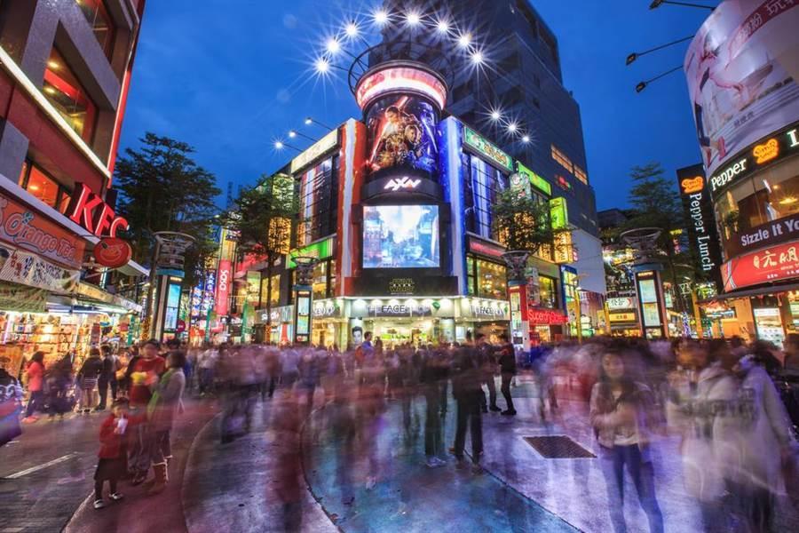 台灣22個縣市,每個城市都各有特色。圖為台北熱門景點西門町。(圖/shutterstock達志影像)