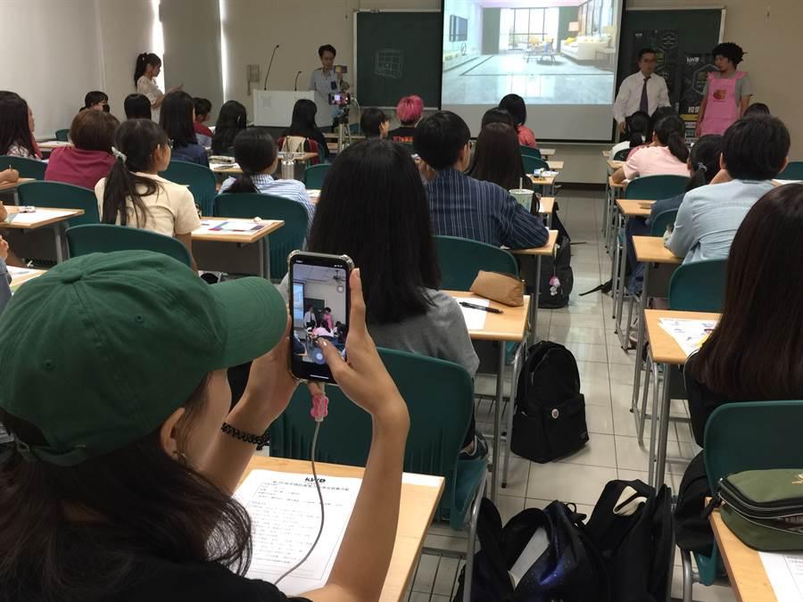 高雄科技大學同學拿起手機錄下卡米地喜劇俱樂部的演出。(楊宜臻攝)