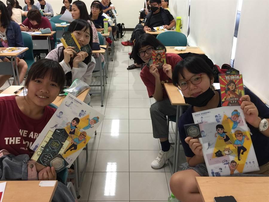 高科大文創系同學拿著台電文創書籤及相關紀念品開心合影。(楊宜臻攝)