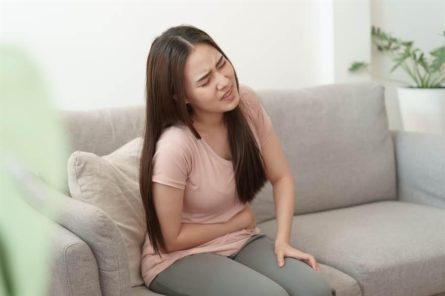 很多人以為便秘是大腸癌前兆,其實醫師更擔心腹瀉。(示意圖,非當事人/shutterstock)