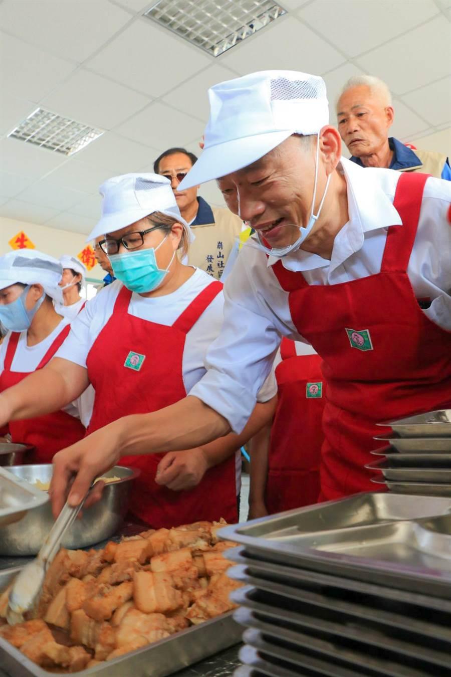 韓國瑜化身打菜志工幫忙長輩打菜。(張亦惠攝)