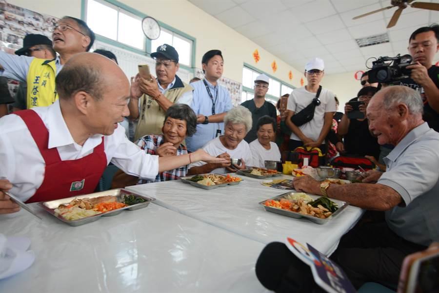 韓邊吃飯邊關心身邊的長者,展現貼心的一面。(林宏聰攝)