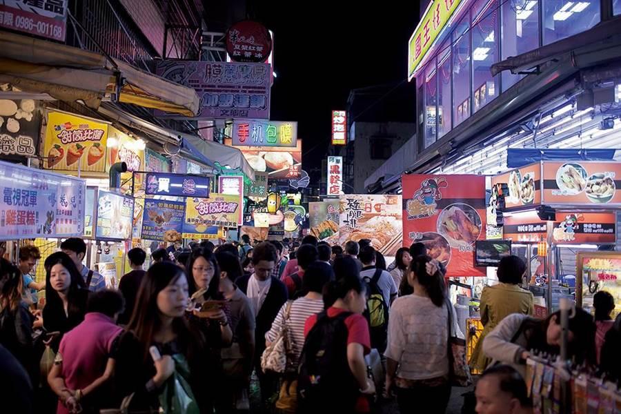 逢甲夜市座落台中知名商圈,是觀光客青睞的台中觀光夜市首選。(摘自旅遊王)