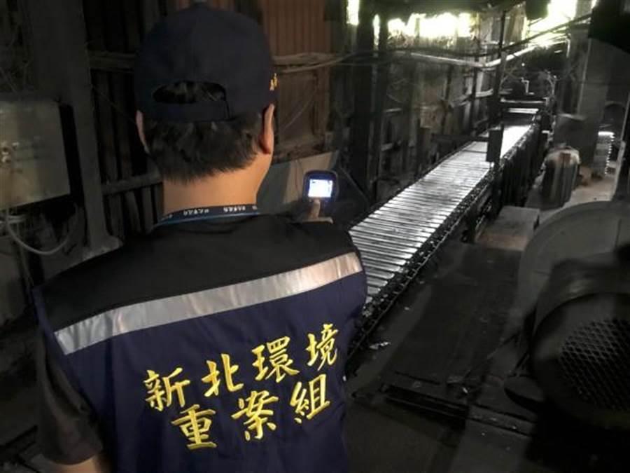 稽查員利用熱顯像儀確認該廠融鋁作業區之溫度達280度以上。(新北市環保局提供/吳亮賢新北傳真)