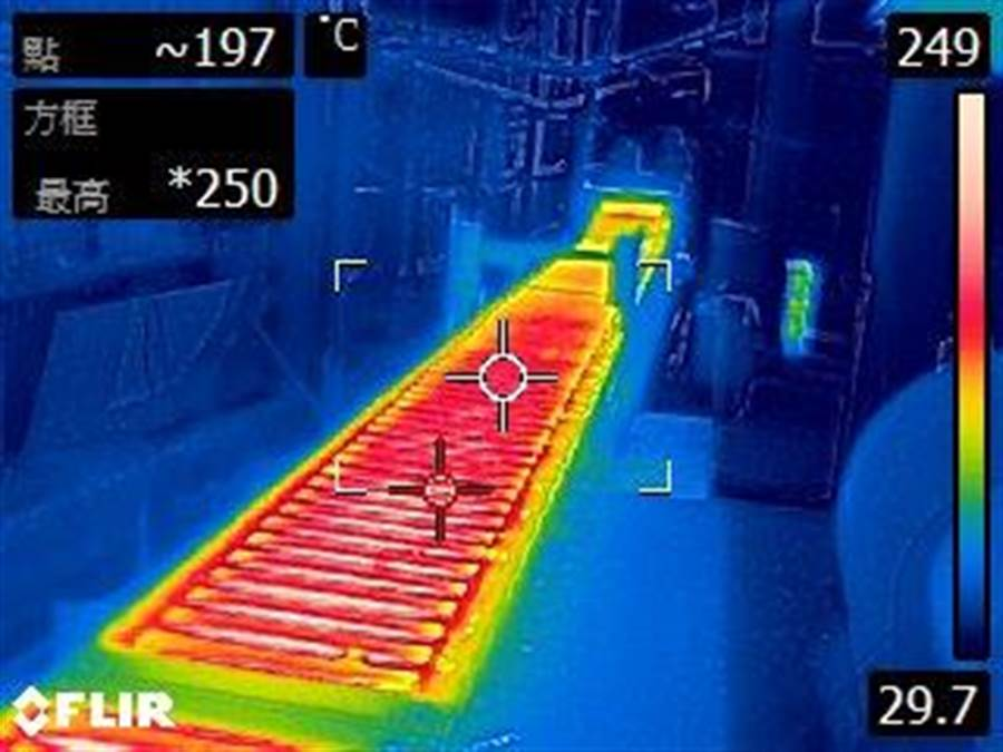環境稽查重案組利用熱顯像儀確認該廠融鋁作業區之溫度。(新北市環保局提供/吳亮賢新北傳真)