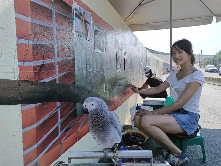 彩繪師陳詩薏彩繪時,都會帶著自己的寶貝鸚鵡。(張毓翎攝)