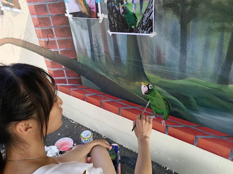他們徵選各地鳥友的鸚鵡照片,挑選出人氣最高、姿勢適合的鸚鵡後,將其繪製到牆上。(張毓翎攝)