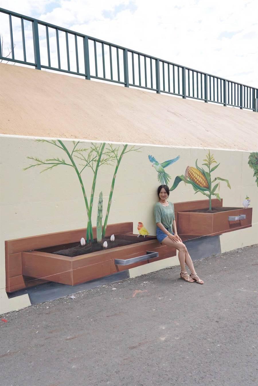 陳詩薏示範運用彩繪牆,呈現與鸚鵡互動的意象。(陳詩薏提供/張毓翎嘉義傳真)