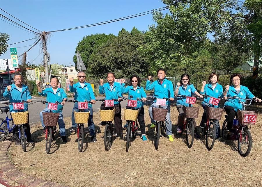 多位市議員陪同翁美春(中)騎自行車,展現團結必勝決心。(陳淑娥攝)