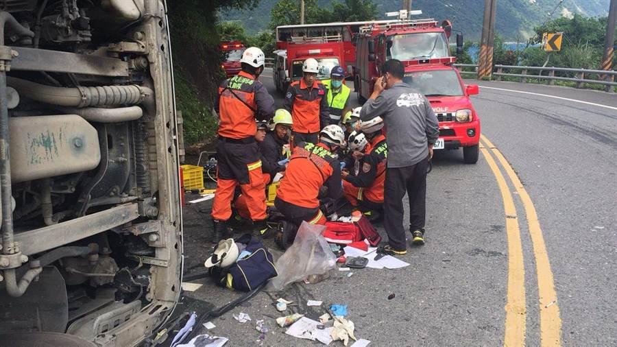 蘇花公路114.5公里處今天發生聯結車與小客車擦撞事故,造成3人受傷。(宜蘭縣消防局提供/李忠一宜蘭傳真)