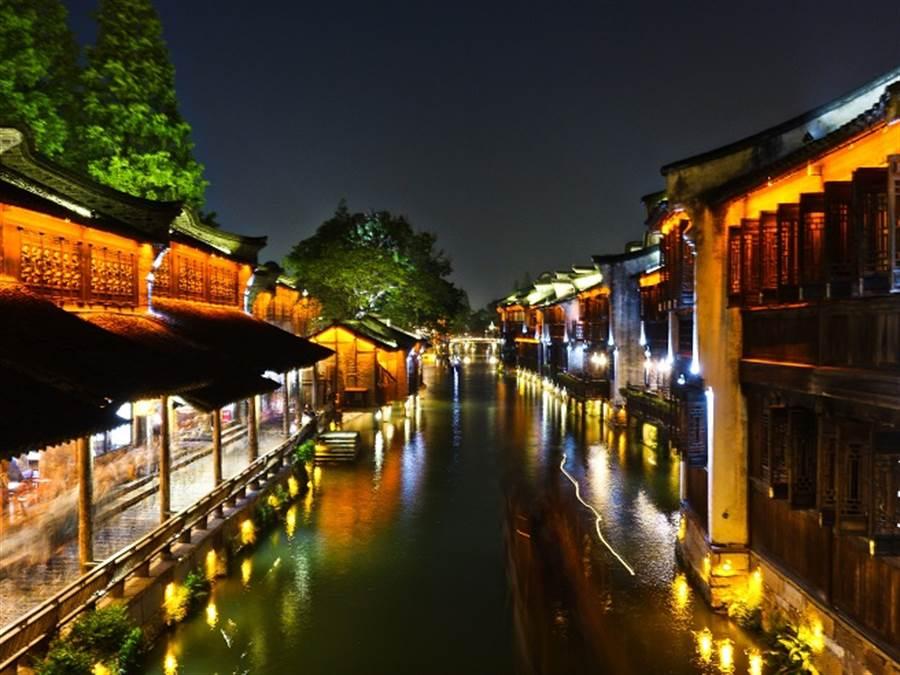 第六屆世界互聯網大會將在浙江省嘉興市烏鎮召開。(圖為烏鎮夜景/中新社)