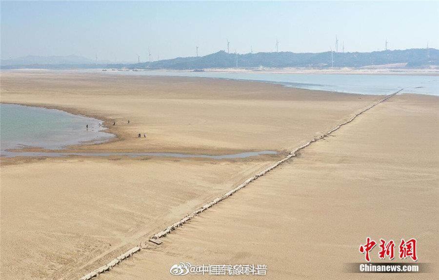 鄱陽湖水位持續下降,湖底明代古橋現身。(取自新浪微博@中國氣象科普)