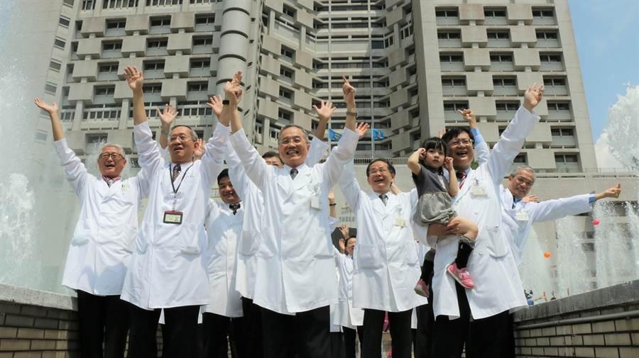 台北榮總為慶祝創院60週年,醫護、行政人員共同動起來,以充滿活力的舞步,象徵北榮迎向新時代。(北榮提供)