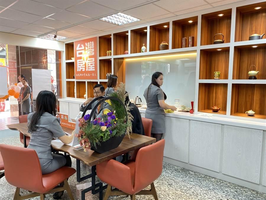 台灣房屋率先吹起房仲文青風,要價不斐的茶具吸睛。(蔡依珍攝)