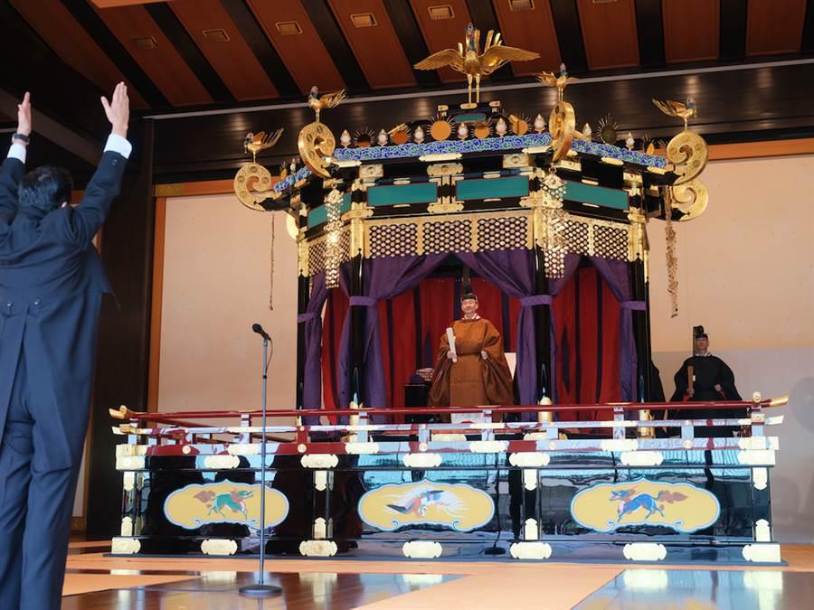 日皇德仁22日在皇宮舉行即位儀式,日本首相安倍晉三代表國民3呼天皇萬歲。(日本宮內廳提供)