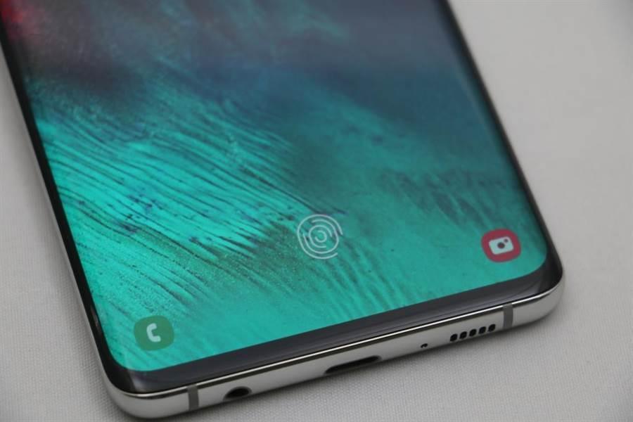 三星 Galaxy S10 以及 Galaxy S10+ 是首款採用超聲波指紋辨識技術的手機。(黃慧雯攝)