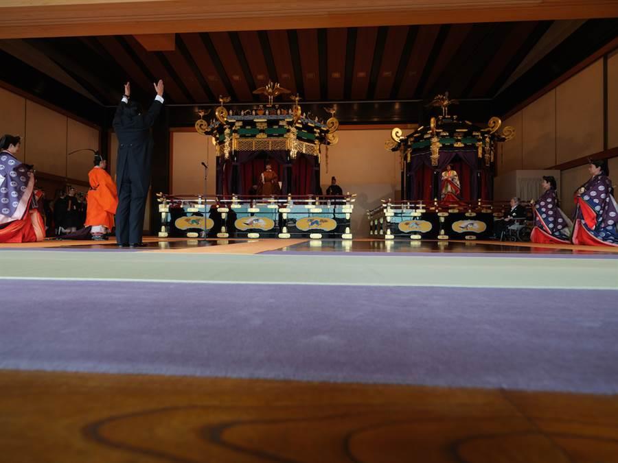日皇德仁與皇后雅子22日在皇宮松之間宮殿舉行即位儀式。(日本宮內廳提供)