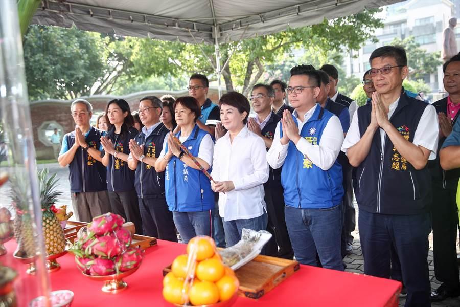 台中市長盧秀燕表示,「以身作則,從我做起!」出席動工典禮時只燃一炷香,祈福也能做環保。(盧金足攝)