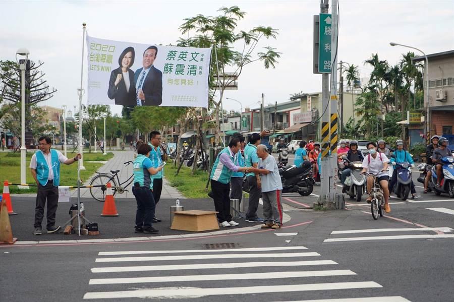 立委蘇震清22日一早站在屏東市街口向路過行人拜票,是否為了屏東縣第一選區立法委員選舉做準備,引發熱議。(民眾提供/潘建志屏東傳真)