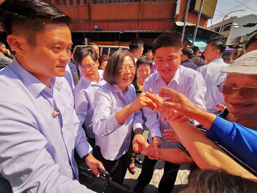 蔡英文受到現場民眾熱情歡迎,爭相上前搶握手。(吳建輝攝)