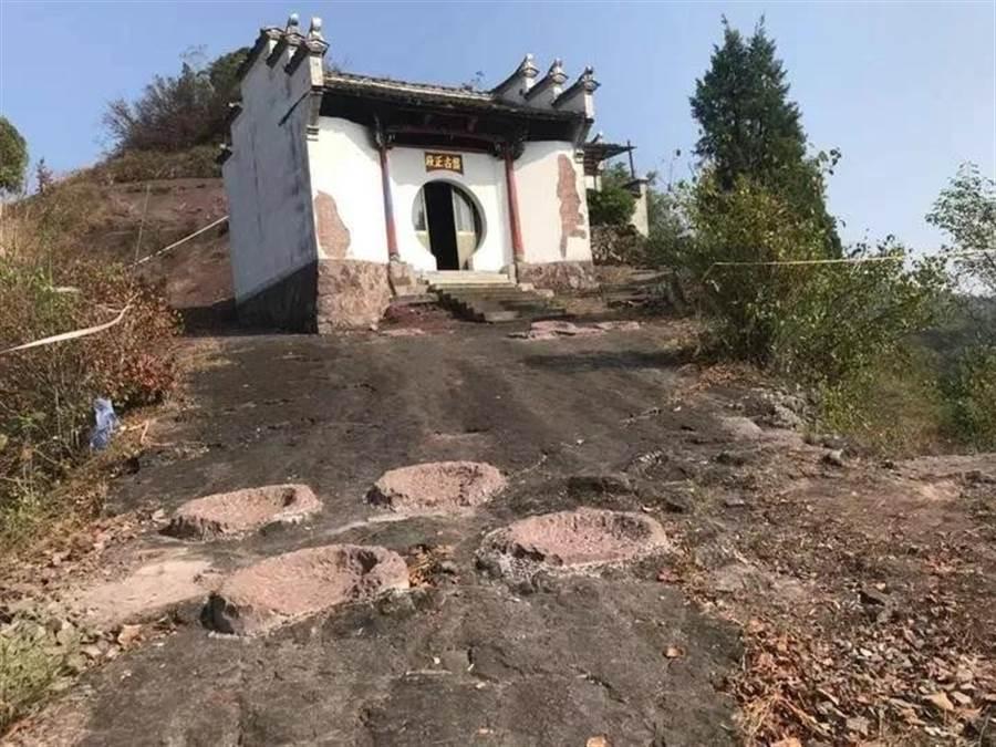 大陸專家在浙江蘭溪梅江鎮發現億年恐龍足印。(圖/翻攝自《錢江晚報》微信公眾號)