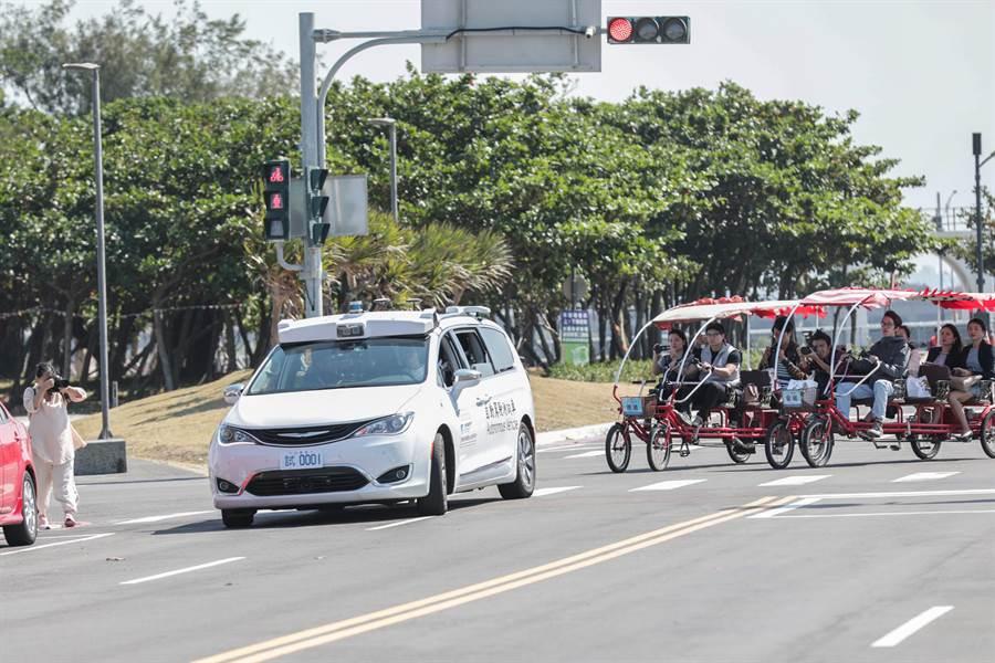 市長林智堅等人試乘自駕車,體驗自駕車港區內道路平穩行駕。(羅浚濱攝)