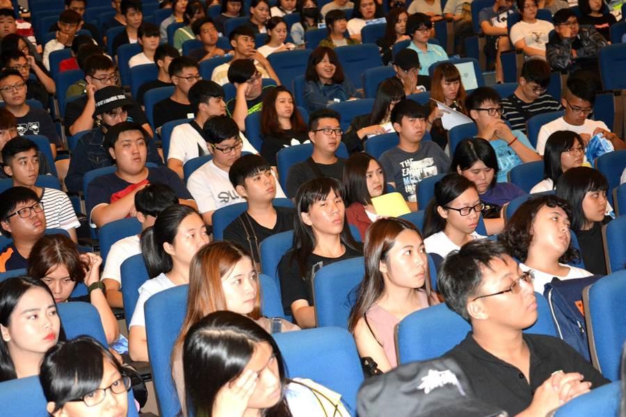 ▲南開科大志工訓練有500位各系所學生熱烈參與並專心上課。(南開提供/楊樹煌南投傳真)