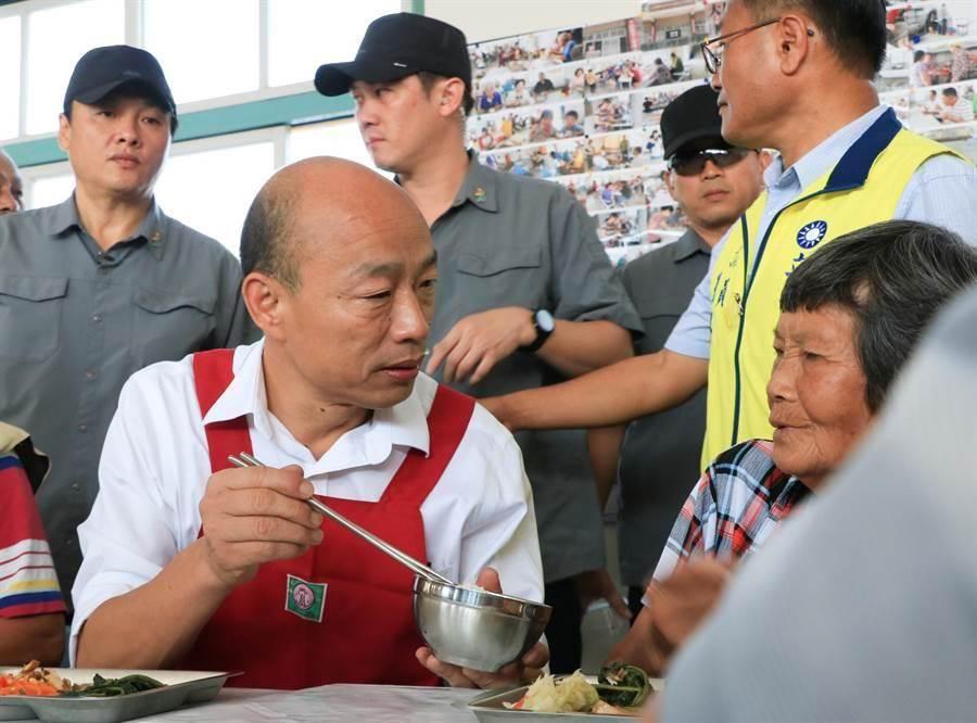 圖為韓國瑜邊吃飯邊關心身邊的長者,展現貼心的一面。(張亦惠攝)