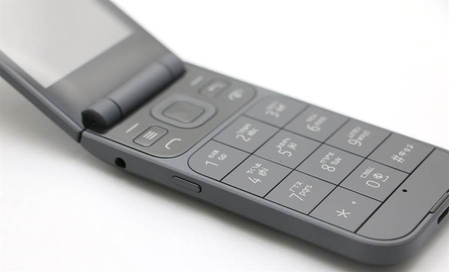 Nokia 2720機身左側。(黃慧雯攝)