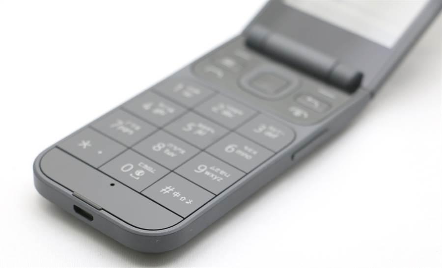 Nokia 2720機身右側。(黃慧雯攝)