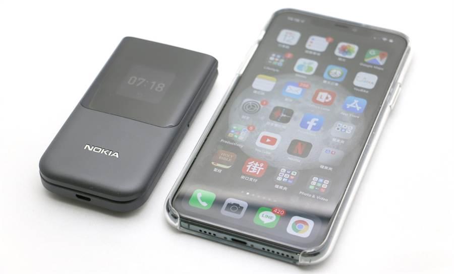 Nokia 2720對比iPhone 11 Pro Max顯得機身很小巧。(黃慧雯攝)