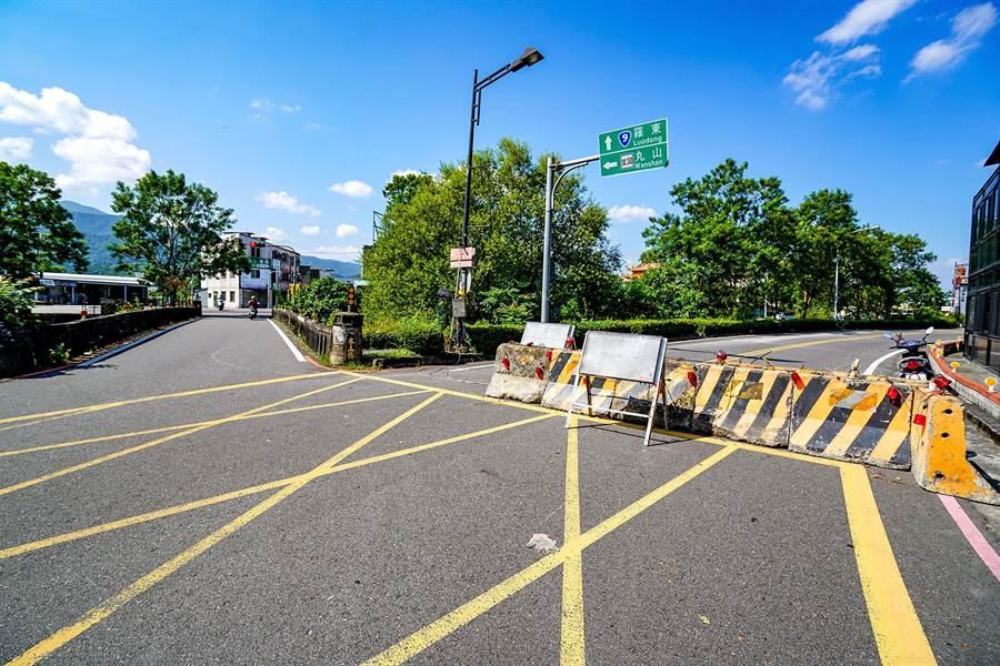 冬山鄉冬山橋因改建封路,南下用路人要往市區多選擇冬山舊橋,但舊橋狹窄易致車禍。(李忠一攝)