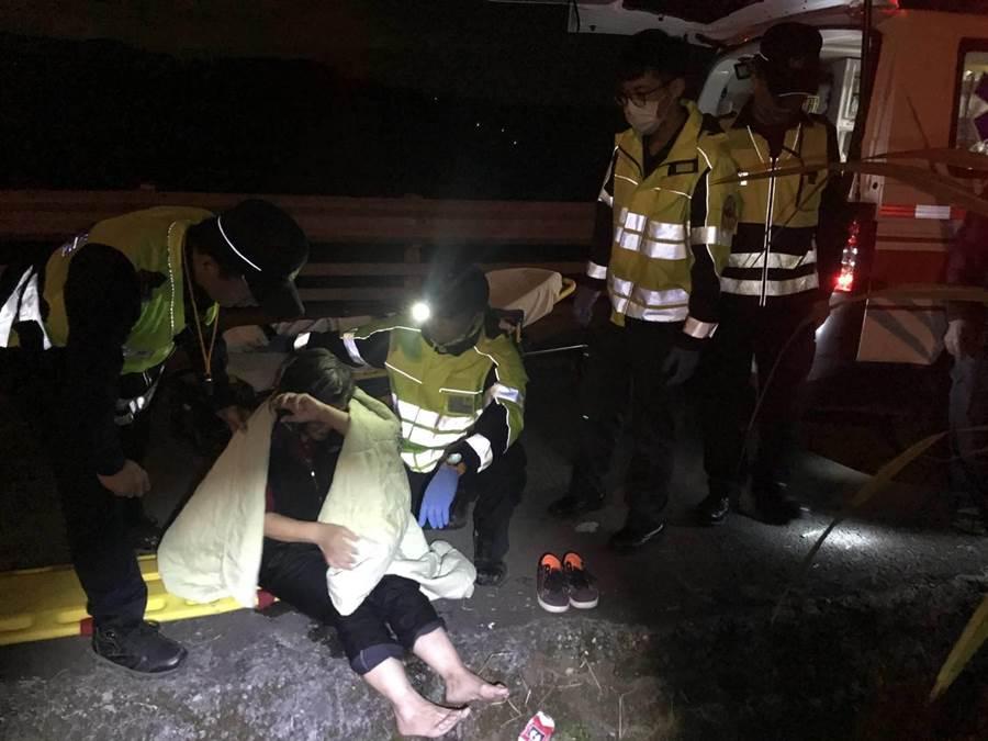陳姓老婦外出訪友掉落茅埔大圳,警消獲報後立即趕赴現場將她救起。(警方提供/陳淑娥台中傳真)