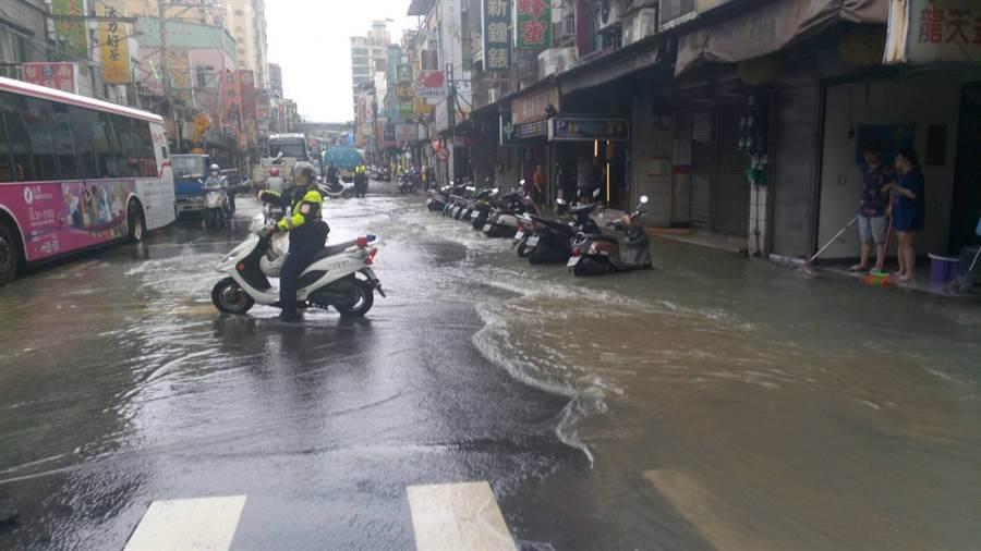 泰山區明志路段昨(21)日上午9時許,地下自來水管突然破裂,造成路面淹水。(林口警分局提供/吳亮賢新北傳真)