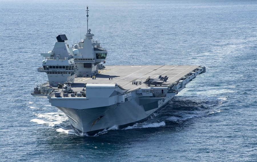 英國「伊莉莎白女王」號(HMS Queen Elizabeth,R08)航母10月17穿越大西洋的畫面,英國617中隊與美國海軍陸戰隊航空兵中隊從2021年起,將開始在艦上進行戰鬥部署。(美國海軍)