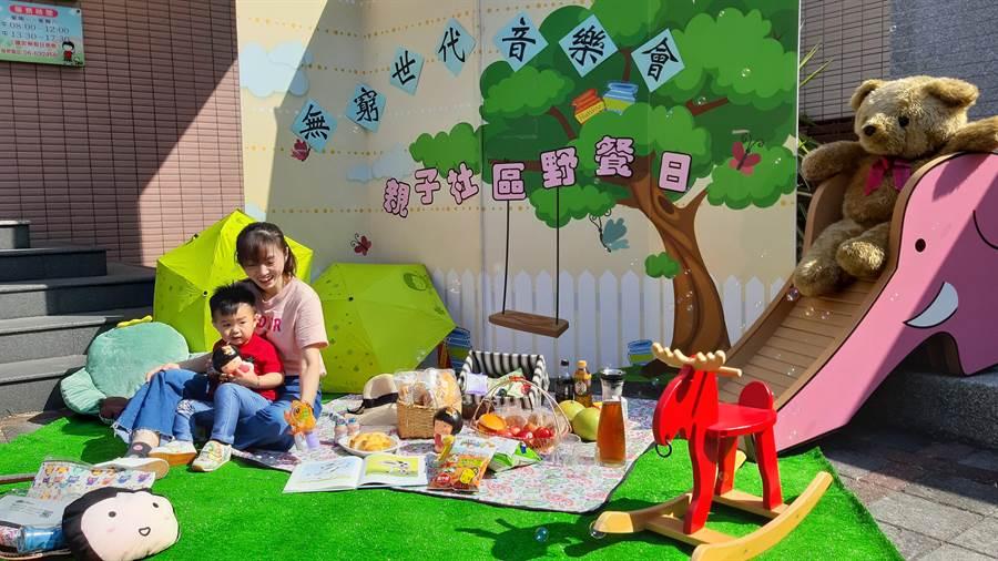 北台南家扶中心將於11月9日在新營南瀛綠都心舉辦「無窮世代音樂會暨親子社區野餐日」,邀請親子一起野餐,並體驗低薪縫傘甘苦,即日起受理認購。(莊曜聰攝)