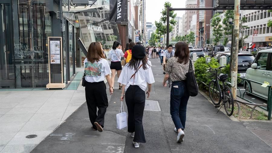 在日本,對行人有一套良好的用路規劃。網友舉例,行人優先,步道規劃良好,對行人相當友善。(示意圖/shutterstock)