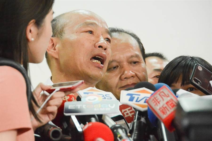 國民黨總統參選人韓國瑜受訪時要陳吉仲下鄉真正傾聽人民心聲,不是用冷冰冰的數字隱瞞真相。(林宏聰攝)